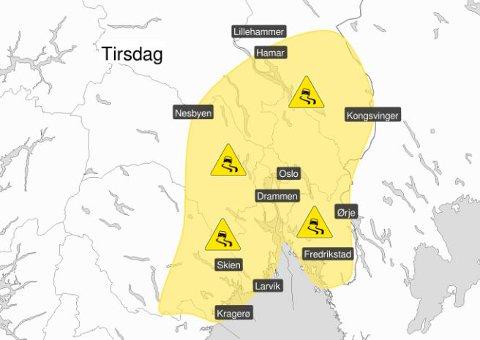 STORT OMRÅDE: Store deler av Østlandet risikerer glatte veier tirsdag på grunn av underkjølt regn.