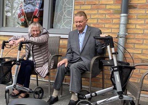 PROTESTERER: Bjørg (87) og Reidar (88) er lei av å ikke kunne treffe familiemedlemmer mer enn 1 time i uken uten å risikere å sitte 10 dager i karantene på rommet sitt på Moer sykehjem i Ås.