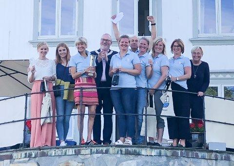Embla Cup 2019. Fra venstre: Iben Christine Aanonsen, Tiril Mathisen, Nina Gresvig, Per Kristian Lunden (ordfører), Hanne Naas, Rients van der Woude (arrangør), Malin Paust, Linda Voss, Mona Halvorsen og Asta Gautland Andersen (sponsor).