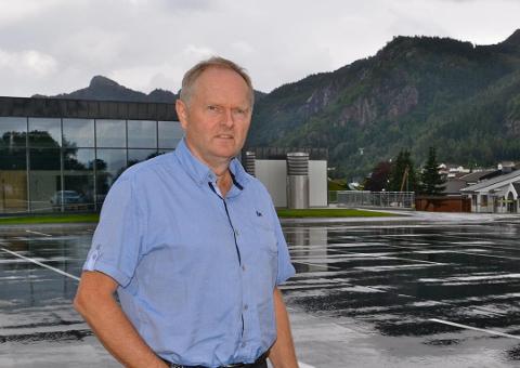 IKKE FORENLIG: PNM-sjef John Skåland peker på at selv om kommunen ønsker hestesporten velkommen, kan ikke ridningen i nedslagsfeltet fortsette på grunn av faren for forurensning.