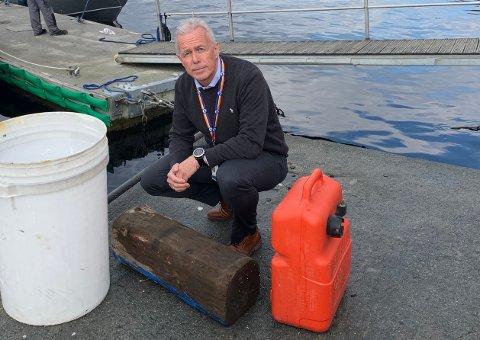 Arne Voll i Gjensidige viser frem noe av det som kan reke i land ved stormflo. Foto: Gjensidige