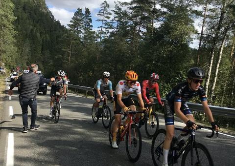 ET SMIL: Et smil fra Tobias Foss på toppen av Finsnesbakkene i dag . Første stigning på tourens 2. etappe i Sirdal.
