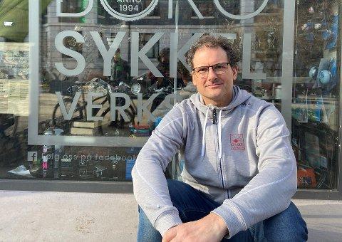 KLAR FOR NY SYKKELSESONG: Daglig leder i Fageborg sykkelverksted, Erling Jensen, merker at årets sykkelsesong er i gang.