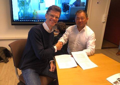 Sterkt samarbeid: Petter-Børre Furberg (52) er administrerende direktør i Telenor Norge. Her er han sammen med Stephen Fu, som er daglig leder for selskapet Nordic Smarthouse. Sammen valgte de å slippe en stor nyhet på Fauske.