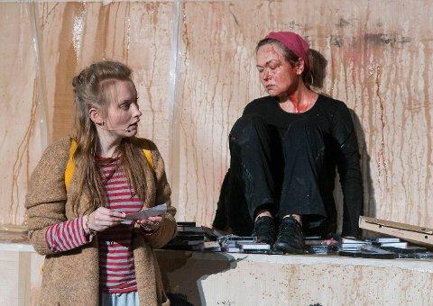 Marianne Nielsen (t.h.) gjør en formidabel rolletolkning som moren som aldri slutter å elske i «Forbrent». Her med Julia Bache-Wiig som datteren Janine.