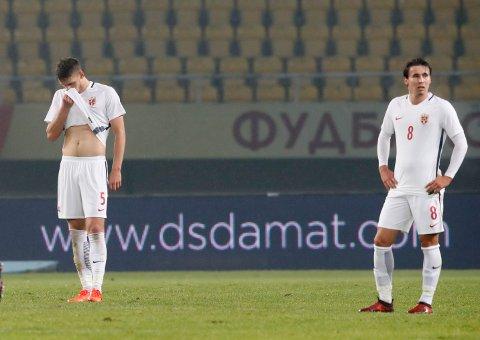 Gustav Valsvik (5) og Anders Trondsen depper etter tapet mot Makedonia. Tirsdag møter de tøffere motstand når Slovakia venter på motsatt banehalvdel.