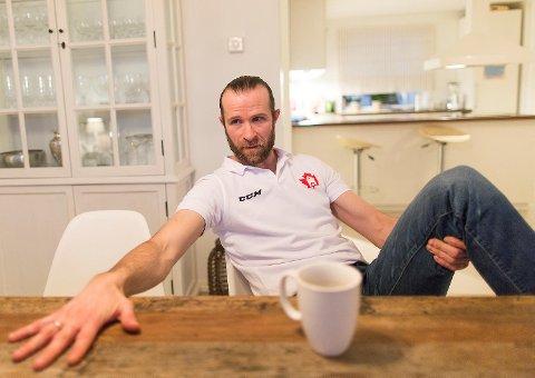 Hovedtrener Pål Erik Glomsaas ble tirsdag ettermiddag informert om at klubben har mistet lisensen, av en av spillerne! – Jeg visste ingenting. Ganske utrolig, sier han til BA.