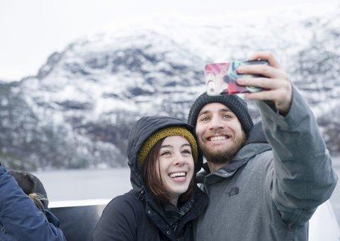 Fiona Mills og Michael Wasserman fra USA er på et snarlig Bergensbesøk og benyttet formiddagen til å dra på fjordcruise med Rygercruise. – Det er utrolig flott her, smiler de to. FOTO: MAGNE TURØY