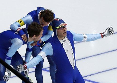 De norske gullguttene var overlegne mot Nederland i semifinalen, før de tok seg av Sør-Korea i finalen. Endelig skulle også Håvard Bøkko slå Sven Kramer.