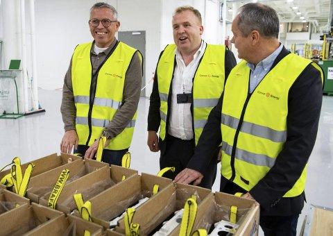Fra venstre: Arnfred Apeland i Atlantic Offshore, Geir Bjørkeli i Corvus Energy og John Bjørnar Jørgensen i Wärtsilä markerer batterifabrikkens aller første leveranse.