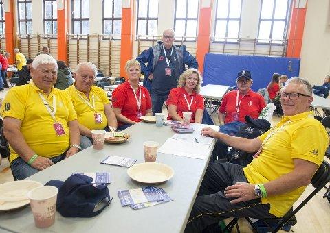Godt humør: (f.v.) Jan Guttormsen (74), Terje Omdahl (75), Lars Hogne Syslak (73), Sigrun-Iren Stokken (55), Siv Beate Heimro (54), Ove Nilsen (68) og Trygve Dåvøy (67) møttes som frivillige under Tall Ships Races 2014. Møtet har etter hvert utviklet seg til å bli et godt vennskap. Nå møtes gjengen flere ganger i året. Foto: Magne Turøy