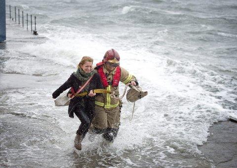 5. desember 2013 var det storm og høyt hav. Her blir en kvinne reddet av en brannmann fra atelieret hennes ytterst på Verftet.