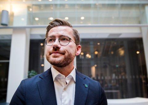 Klima- og miljøminister Sveinung Rotevatn (V) åpner for fossilfrie soner i Bergen.