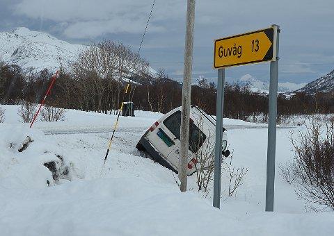 Denne personbilen havnet i uføre i Rottåskrysset på FV820 i Bø mandag, ikke langt unna Eidet.