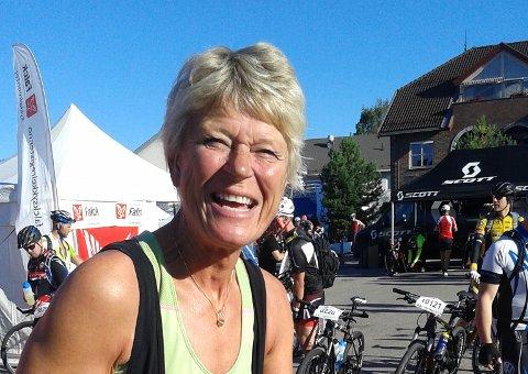 Sikkerhet først: - VI har lyst til at alle skal få dele veien, hvis bare bilister forstår at vi ligger to og to for vår egen sikkerhet, sier syklist Gro Lærum Håland.