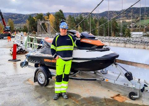 TILBAKE: Vannscooteren som ble stjålet fra anlegget med Geithus bru forrige helg er tilbake der den hører hjemme. Her er det prosjektleder Bjørn Olav Johansen som gir tommel opp for at det endte bra.