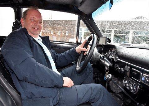 STARTKLAR: Kortesjesjef Ronny Haare Nordli bak rattet i sin Volvo Amazon, med 140 hester under panseret. Han kjørte først gjennom den 59 kilometer lange ruta.
