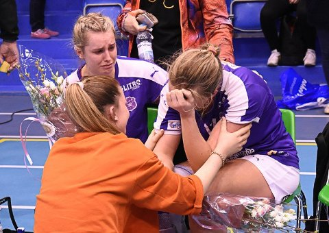 INGEN TRØST.  Lagvenninnene forsøkte å trøste Emilie Christensen da det hele var over i Drammenshallen, søndag 23. april 2017.