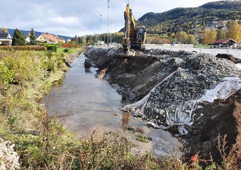 En vannledning nede i bekken ble ødelagt under gravearbeider mandag.