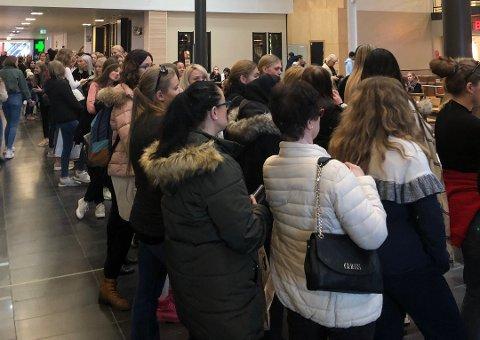 I KØ: Modellagenten Donna Ionanna var torsdag kveld på plass på Jessheim Storsenter for å finne Norges nye supermodell. Over 100 tenåringsjenter møtte opp
