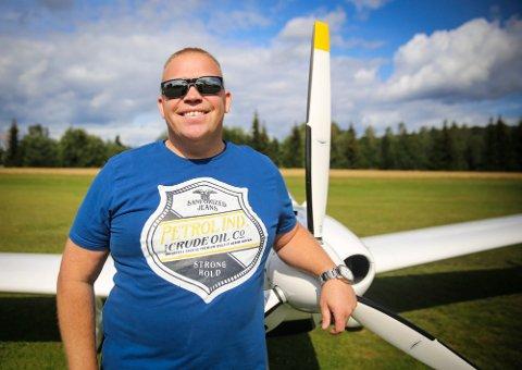Hokksunds flyplass-sjef Per Olav Håre, inviterer til åpen dag på flyplassen i Hokksund lørdag.
