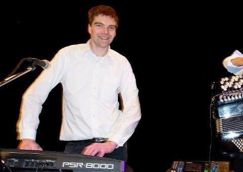 Johnny Kokaas på keyboard under en spillejobb på Skedsmo for noen år siden.