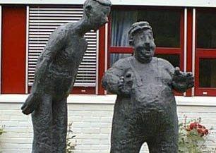 SÅ STOR: Så stor blir nedturen etter skulptør Ingrid Steens skala om Florø Fotball ikkje rykker opp i Obos-ligaen. Sånn cirka.