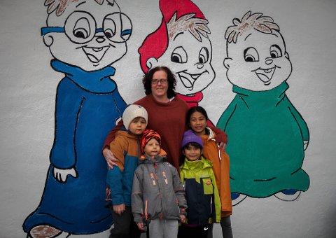 Kunstnar Monica Osborne har utsmykka ein betongvegg ved Kalvåg Oppvekst i lag med elevane. Ho fekk 10.000 kroner i støtte frå kommunen til tiltaket. Borna på bildet heiter Chloe, Leila, Phillip og Gabriel.