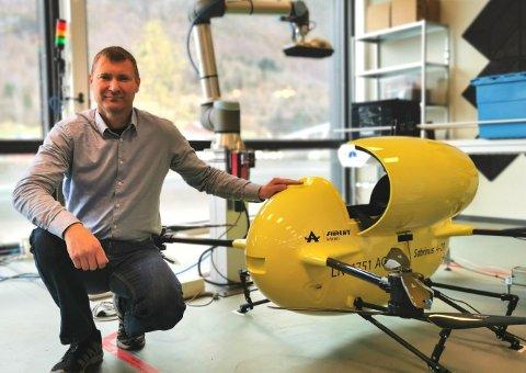 TESTING: Onsdag var dagleg leiar i Airlift Solutions, Børre Eimhjellen her på Haukåsen i Sogndal for å teste drona si.