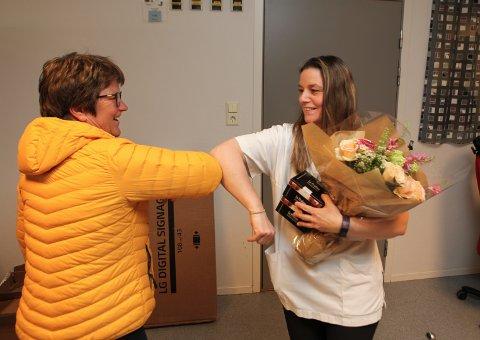 KOM MED BLOMAR: Norwell-direktør Ingrid Kassen troppa opp med blomar og sjokolade til vaskinasjonsteamet på SMS-senteret ved sjukepleiar Siv Kristin Rust.