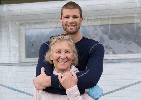 BESTEMORKLEM: Anders Berntsen Mol overraska Marit Berntsen med å måle huset og gi henne ein god bestemorklem.