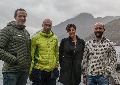 VIA FERRATA: Askel Rødland (t.v.), Jonny Skår, Ingun Indrebø og Tor Egil Høyvik med Fløyfjellet i bakgrunnen, der dei ønsker å bygge Via Ferrata.