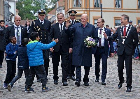 Disse gutta fikk en kongelig hilsen da Hans Majestet gikk gjennom Gamlebyen!