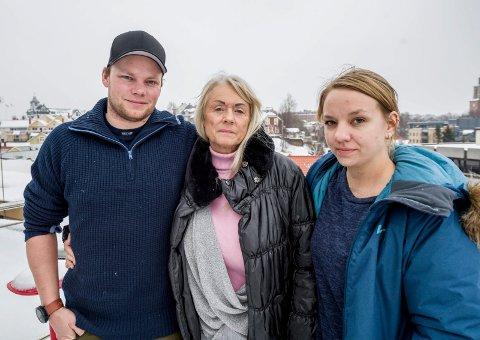 Gir ikke opp: Sønnen Anders Bellmann, kona Rita Greaker Bellmann og svigerdatter Christine Solvang Bellmann leter fortsatt etter savnede Svein Greaker Bellmann (60).