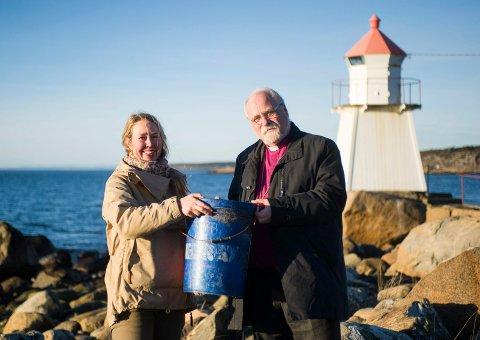 Plasthåp: Solveig Egeland og Biskop Atle Sommerfeldt håper at det ikke vil være mulig å finne flere slike plasttønner i 2050.