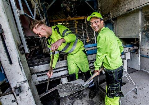 GODE KOLLEGER: Amro Mohammaed Ibrahim (til høyre) og Jostein Lunde Kristiansen jobber sammen på Leca i Borge og fant tonen raskt da de møttes.