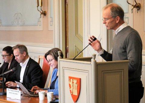 Høyres Truls Velgaard sier det er svært beklagelig at kommunedirektør Nina Tangnæs Grønvold legger frem en rapport per 1. september uten et håndfast anslag for resten av året.