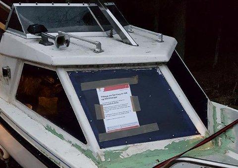 TYDELIG TEKST: Kommunen kjenner ikke til eiers identitet, og har derfor satt opp både oppslag på selve båten, og lagt ut et innlegg på Facebook med varsel om fjerning og skroting.