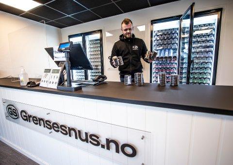 Oppstarten av Grensesnus.no har vært vellykket, skal vi tro driver Thomas Berg. Her er daglig leder Preben Hellesvik avbildet i forbindelse med åpningsdagen.
