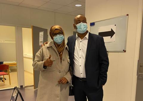 Mohamed Warsame og kona Nimo Bejle er begge i aldersgruppen 45-54 år som vaksineres nå. Warsame ønsker å være et forbilde slik at også andre somaliere ønsker å ta vaksinen.