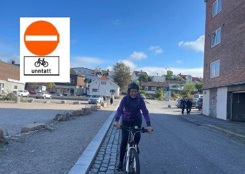 I Asylgata kan det i fremtiden komme opp et skilt av typen du ser øverst til venstre: Det viser at det er  tillatt å sykle i begge retninger, mens bilistene må nøye seg med én retning. På bildet Astrid Movik Kristiansen i riktig retning etter dagens regler.