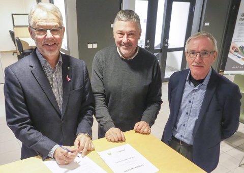 HAR SIGNERT AVTALE: Ballangen-ordfører Per Kristian Arntzen, Terje Steinsund i Futurum og rådmann Knut Einar Hanssen. Foto: Terje Næsje