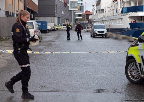 SPERRET AV: Politiet sperret av et større omrpde på kaia like sør fra Nerstranda sør i Tromsø sentrum lørdag ettermiddage.