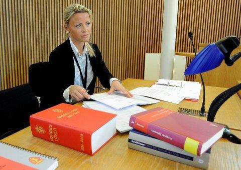STRENGT: Statsadvokat Mari Gjersøe har tatt ut tiltaler på grovt tyveri og organisert kriminell virksomhet, noe som kan gi de rumenske statsborgerne inntil 11 års fengsel.