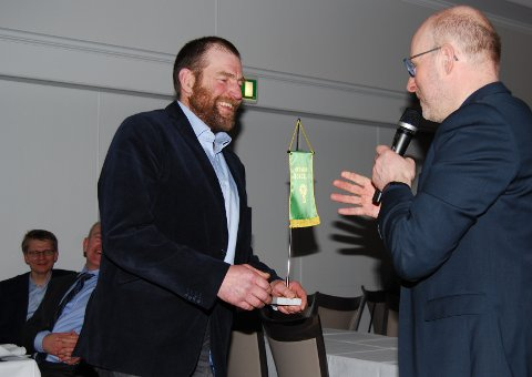 Hans Kristian Bakken er tidligere lokallagsleder i Eidskog og mottok prisen fra bondelagsleder Erling Aas-Eng under årsmøtemiddagen.