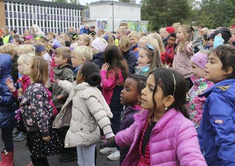 Ivrige: De fulgte godt med på scenen, elevene fra Kongsvingers barneskoler. Så hadde de da også øvd mye på forhånd.