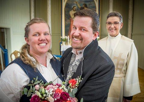 BRUDEPARET: Camilla Lysholm og Morten Dalbakk gikk til alters i Austmarka kirke søndag på valenstinsdagen. De ble viet av  prostiprest Jona Lovisa Jonsdotter.