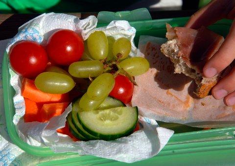 VARIERT ER VIKTIG: Denne matpakka ligner kanskje på dem du selv smører. Brødskiver med kjøttpålegg  har fått selskap i matpakka av druer, agurk, tomat og gulrot. – Her gjør frukt og grønt gjør at matpakka samsvarer med kostrådene, ifølge Torunn Nordbø, ernæringsfysiolog og fagsjef for brød og korn i MatPrat.