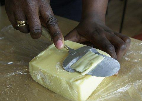 - Forbruket må ned, og de folkevalgte bør lære å høvle osten riktig, skriver Kari Elisabeth Svare.