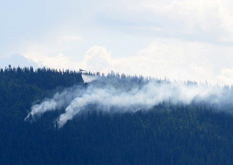 Her er brannhelikopteret i full gang søndag ettermiddag.